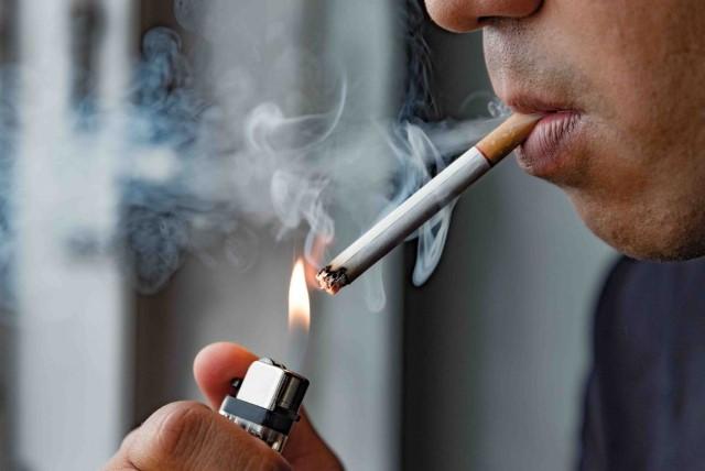 タバコを吸う男性の横顔