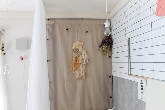 一人暮らし中の徳満さんの部屋に飾られたウィービング・タペストリー