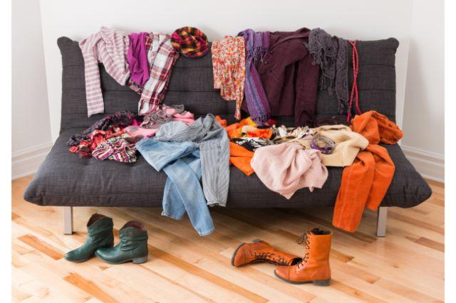 ソファに出した大量の服