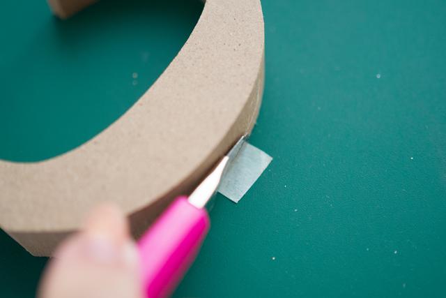 少しはみ出すように貼ってからカッターで切り落とすときれいに仕上がる