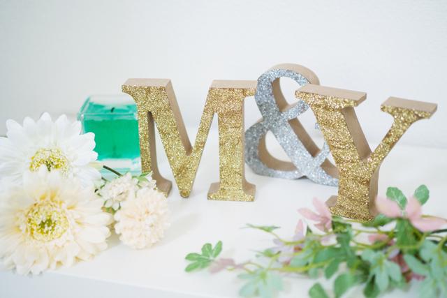 ギラギラに彩ったイニシャルオブジェ。華やかなのでパーティや結婚式の飾りにもおすすめ