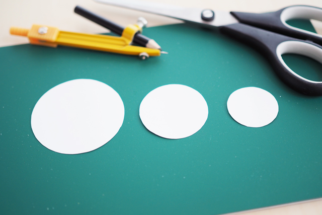 左から、直径6cm、4cm、3cmの3サイズの円で型紙を作った