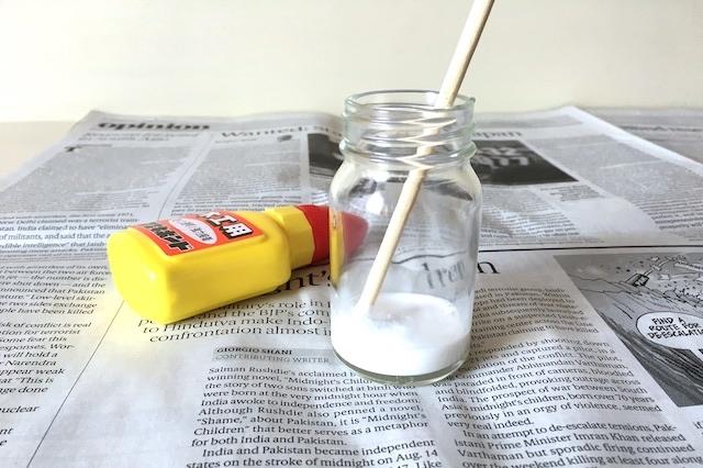 空き瓶に木工用ボンドと水を3:1の割合で入れる