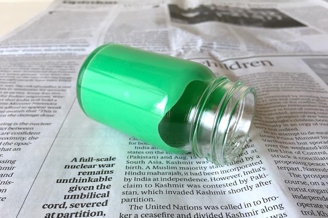 空き瓶のボンド液が瓶の内側全体に広がるように転がす