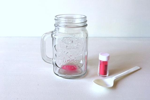 メイソンジャー風ボトルを使った消臭グッズの作り方:メイソンジャー風ボトルの底に食紅を入れる