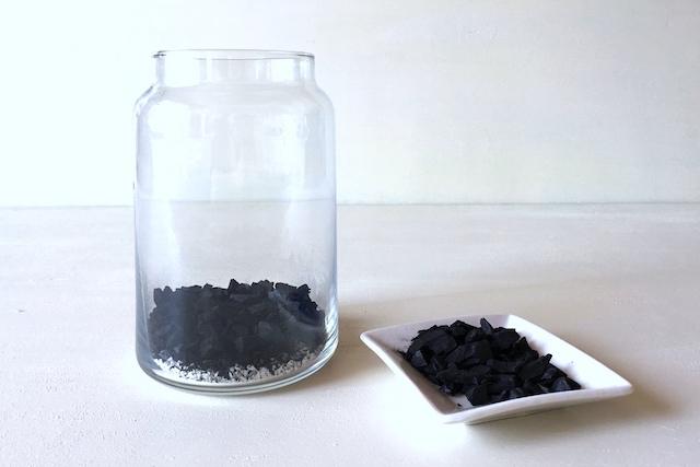 インテリアボトルを使ったテラリウムの作り方:インテリアボトルに活性炭を入れる