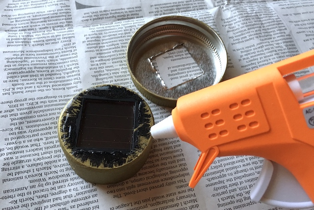 接着剤でフタの裏側にソーラーライトを貼りつける