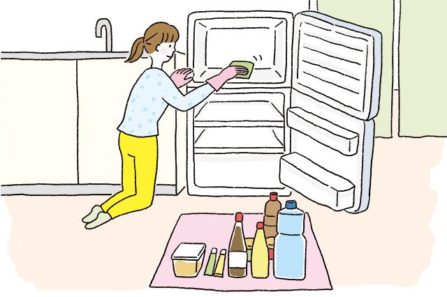 冷蔵庫を整理整頓している人