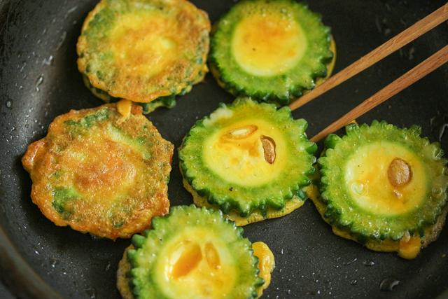 卵に2回くぐらせ、きつね色になるまで焼く