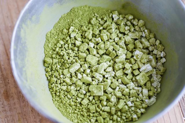抹茶白玉の抹茶は、白玉粉と混ぜておく