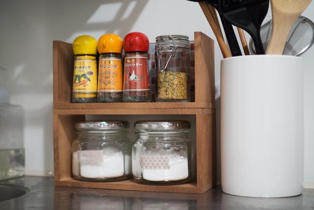 【100均DIY】製作時間3分!一人暮らしの狭いキッチンにも置ける「スパイスラック」
