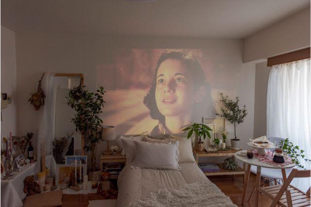 【一人暮らし × インテリア】インスタグラマーmariaさんのお部屋:映像を縁取るように高さのある植物をレイアウトしている