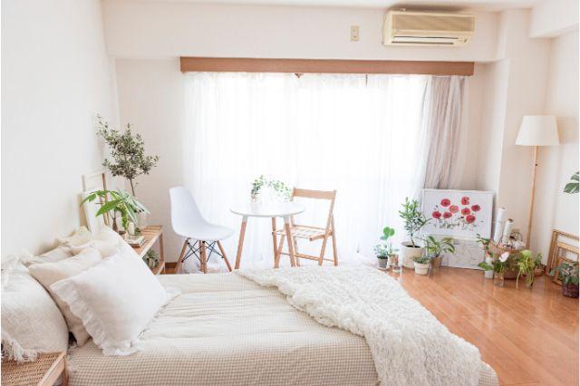 【一人暮らし × インテリア】インスタグラマーmariaさんのお部屋:カーテンボックス付きの窓も生活感を払拭させているポイントだ
