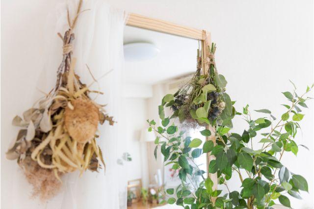 【一人暮らし × インテリア】インスタグラマーmariaさんのお部屋:誕生日にもらった花束で作ったスワッグなどドライフラワーもさりげなく飾られている