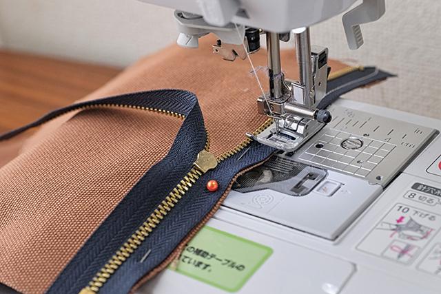 手作りサコッシュの制作工程:まち針を使用してサコッシュを縫う