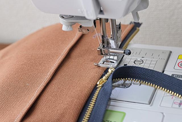 手作りサコッシュの制作工程:ミシンは中速のスピードでジッパーを縫っていく