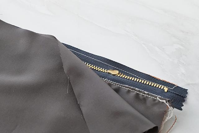 手作りサコッシュの制作工程:ファスナーを縫う
