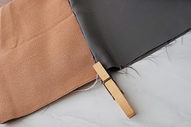 手作りサコッシュの制作工程:洗濯バサミで仮止めをして、うち生地を縫っていく