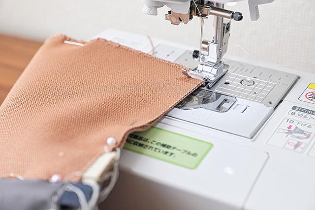 手作りサコッシュの制作工程:まち針を使って縫っていく