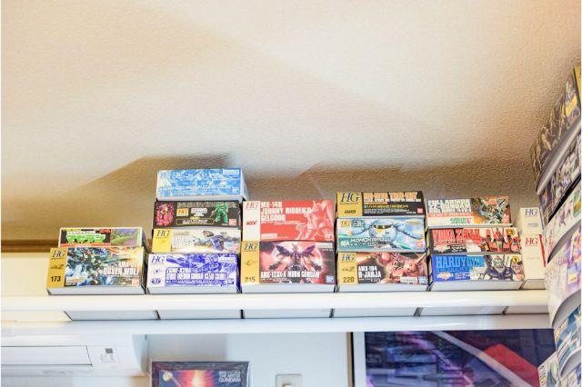 ワンルームをガンダムコレクションでまとめたじだむさんのオタク部屋の収納