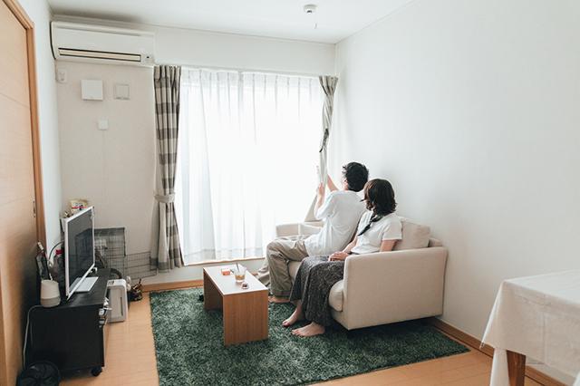 【モモンガとの暮らし】モモンガと遊ぶ同棲中のカップルの田中さんと小島さん