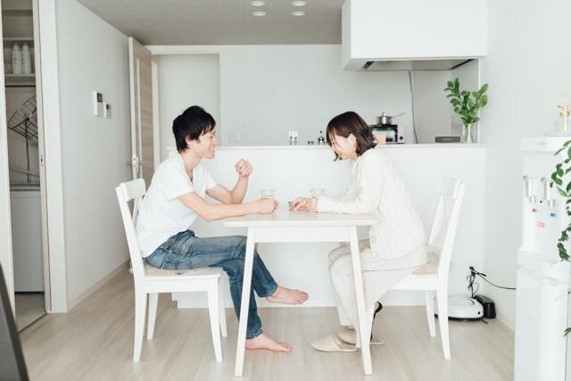 新婚ミニマリストのたなかまゆさん夫妻宅のシンプルなリビング