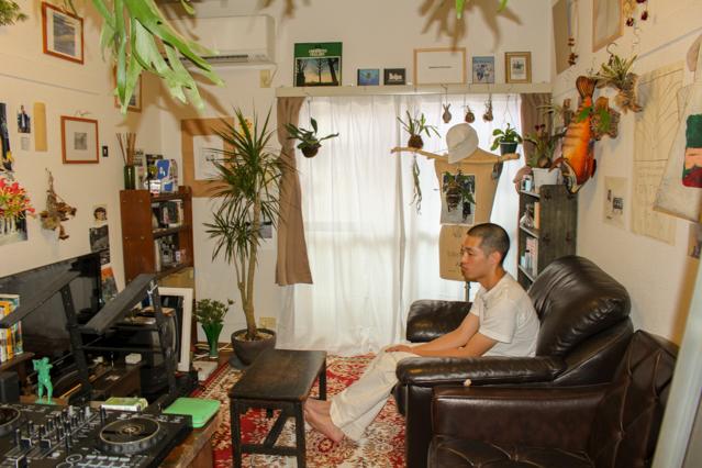 植物とアンティークなインテリアに溶け込む、一人暮らし中の田中さん