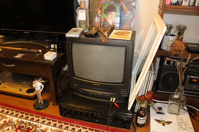 一人暮らし中の田中さんの部屋にあるブラウン管テレビ