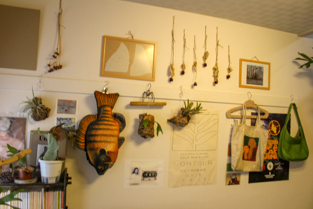 一人暮らし中の田中さん宅。壁には田中さんのお気に入りのアイテムが飾られている