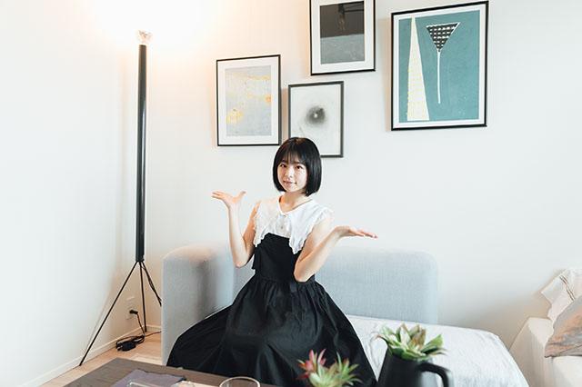 モテ賃貸物件探訪で今回紹介するハイグレードマンション「プライムメゾン板橋」の居室にいる美少女アイドルグループ「スリジエ」の「茜紬(あづみ)うた」ちゃん