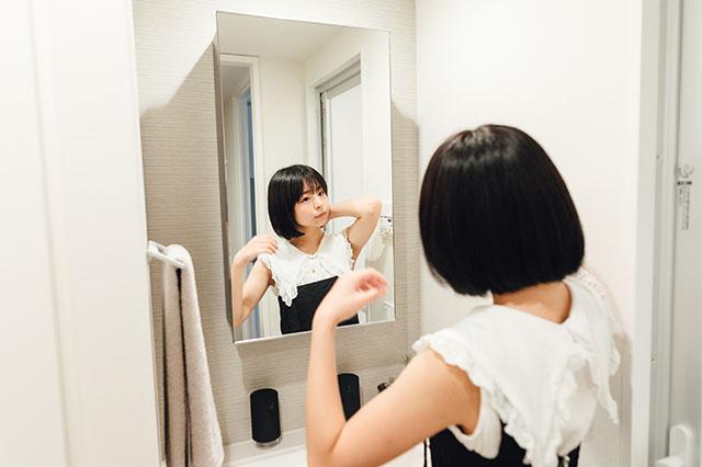 モテ賃貸物件探訪で今回紹介するハイグレードマンション「プライムメゾン板橋」の洗面所で髪をセットする美少女アイドルグループ「スリジエ」の「茜紬(あづみ)うた」ちゃん