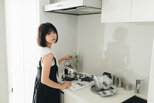 モテ賃貸物件探訪で今回紹介するハイグレードマンション「プライムメゾン板橋」のキッチンに立つ美少女アイドルグループ「スリジエ」の「茜紬(あづみ)うた」ちゃん