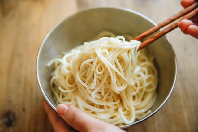 ごま油で香りがよくなり、麺のくっつき防止にもなる