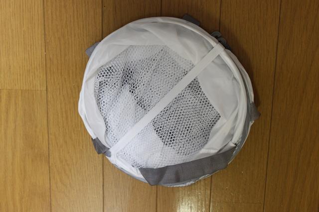 折りたたまれている3COINS(スリーコインズ 3コインズ)の衣類干しネット本体