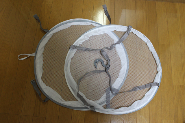 3COINS(スリーコインズ 3コインズ)の衣類干しネットを広げた様子