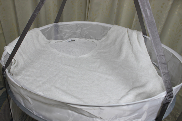 3COINS(スリーコインズ 3コインズ)の衣類干しネットにニット素材の服を干した様子