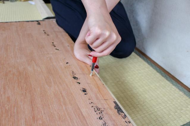 壁面ディスプレイのDIY工程:柱と棚板の2×4材にネジで固定する