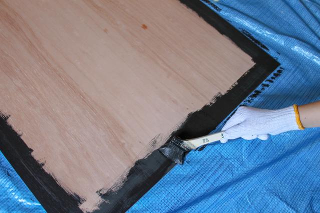 壁面ディスプレイのDIY工程:マグネットペイントをベニヤ板に塗る
