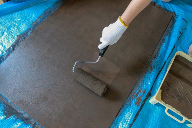 壁面ディスプレイのDIY工程:水性塗料を塗り重ねる