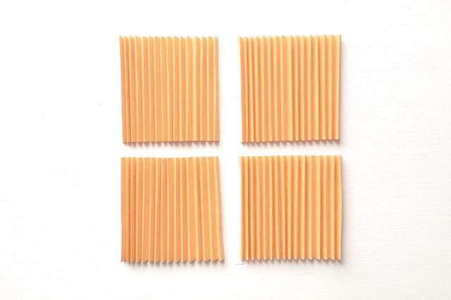 100均の材料でできる!ペーパーファンのハロウィン時計の作り方:紙4本を、それぞれ蛇腹状に32折り