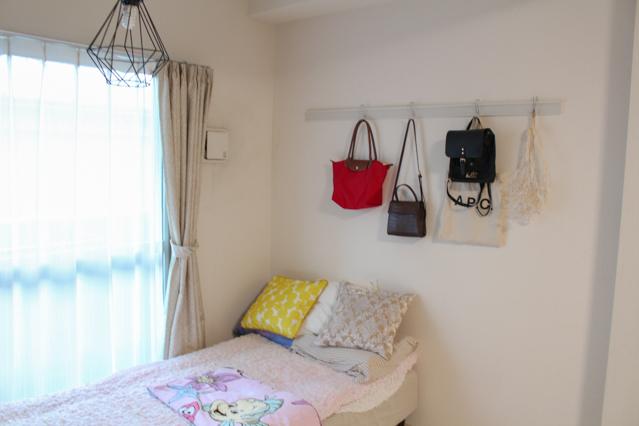 枕もとの壁にバッグ類がディスプレイされたインスタグラマー・aoiさんのお部屋