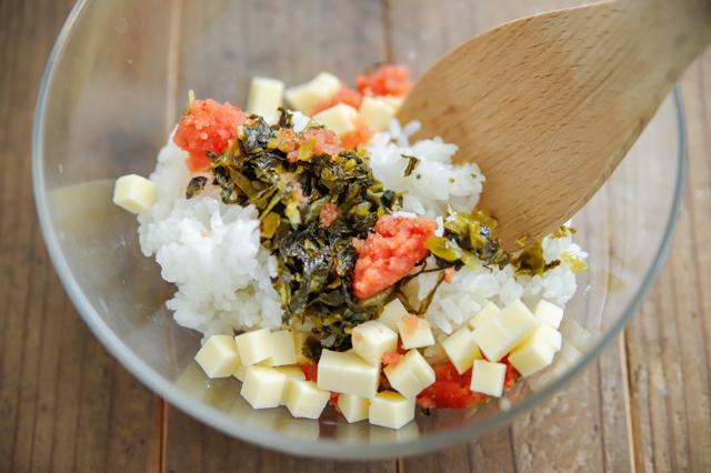 簡単!ごちそうおにぎりのレシピ_明太チーズ高菜おにぎりの具材を混ぜる様子