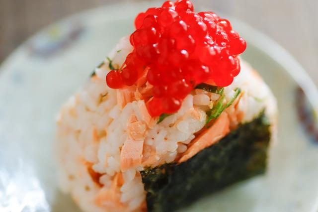 簡単!ごちそうおにぎりのレシピ_焼き鮭と筋子としそのおにぎり