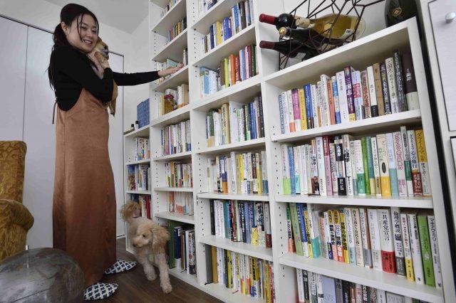 ペット可賃貸物件で一人暮らし中のFさん宅の本棚