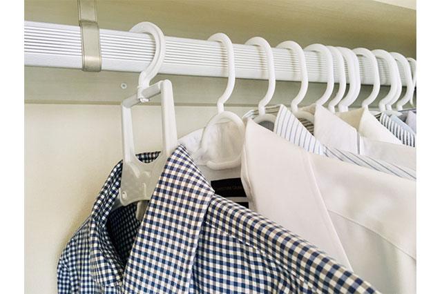洗濯物干しハンガーにかけたままクローゼットに収納された洋服