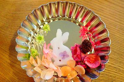アロマワックスバーの作り方:型に飾りつけのパーツを配置