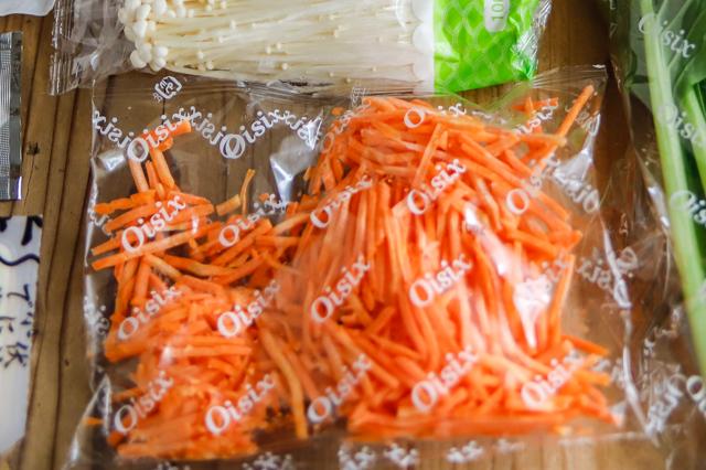 増税時代の救世主】「ミールキット」でおトクに外食気分!料理ベタでもおいしく作れるのか検証してみた! Kis Oisix そぼろと野菜のビビンバ&長ねぎとのり、豆腐の韓国風スープの中身 千切りカット済みのにんじん