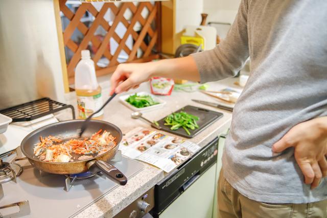 増税時代の救世主】「ミールキット」でおトクに外食気分!料理ベタでもおいしく作れるのか検証してみた! 料理をするYさん