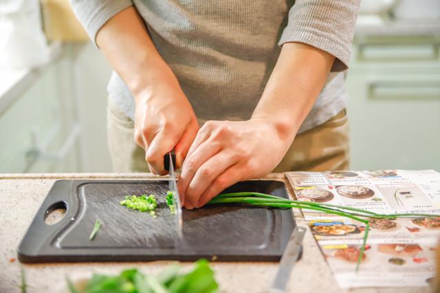 増税時代の救世主】「ミールキット」でおトクに外食気分!料理ベタでもおいしく作れるのか検証してみた! 野菜を切るYさん