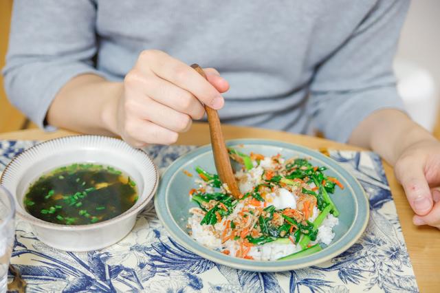 【増税時代の救世主】「ミールキット」でおトクに外食気分!料理ベタでもおいしく作れるのか検証してみた! 料理経験ゼロのYさんが作ったビビンバ&中華スープ